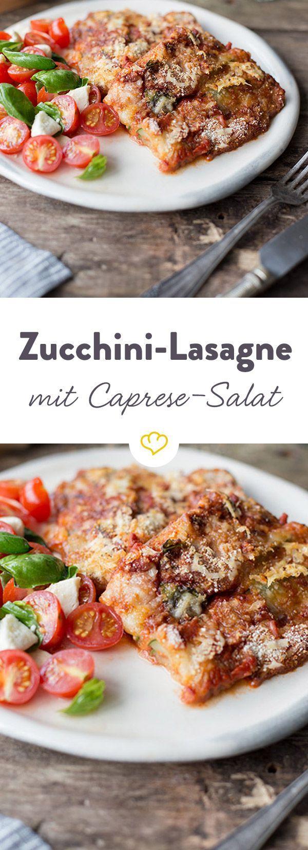 Statt Nudeln haben es sich hier leckere Zucchinistreifen zwischen würziger Tomatensauce, Pinienkernen und Mozzarella gemütlich gemacht.