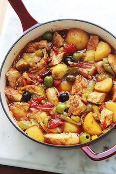 Hähnchen mit Paprika, Kartoffeln und Oliven in Tomatensauce