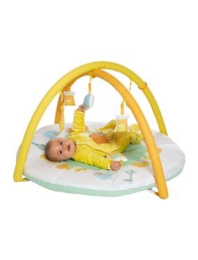 Diese niedliche Spieldecke für Babys und Neugeborene verzaubert mit ihrem bunten Reigen an süßen Zootieren wie Elefanten, Löwen und Giraffen, mit denen die Decke bedruckt ist. An der Activity-Decke mit Zootieren ist zudem auch tolles Spielzeug in Form von Elefant und Giraffe befestigt. Die Spielbögen und ihre 5 Spielzeuge sind abnehmbar - ideal zum Angucken, Anfassen und Spielen! Und auf der wattierten Decke liegt es sich zudem auch besonders weich.  Produktdetails:Activitydecke: Perkal…