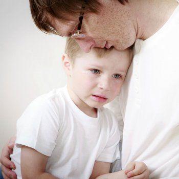 Los niños sensibles, ya desde los primeros meses de vida, reaccionan de un modo especial a los sonidos, texturas, aromas, colores pero también a los gestos, a las palabras y a las miradas de personas de su entorno. ¿Cómo educarles sin herirles?