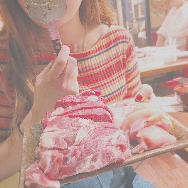 肉、、焼かせていただきます🤤🙌🏻💕 #肉#焼き肉#鉄板焼き#晩御飯 #牛肉#豚肉#鶏肉#牛#豚#鶏#米#bier #ソーセージ#もやし#キャベツ#キムチ #マルチ#ボーダー#リブ#カットソー #デニム#ボトムス#Lee#yellow#orange ♦︎ めっちゃ食べる日に限って ハイウエストのパンツ履いて苦しい👖🌀笑