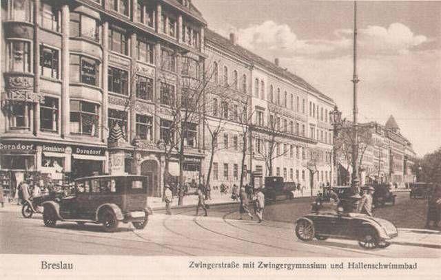 Widok na Plac Teatralny ze skrzyżowania z ul. Świdnicką - w głębi widoczna wieża pływalni przy ul Teatralnej.Lata 1920-1930