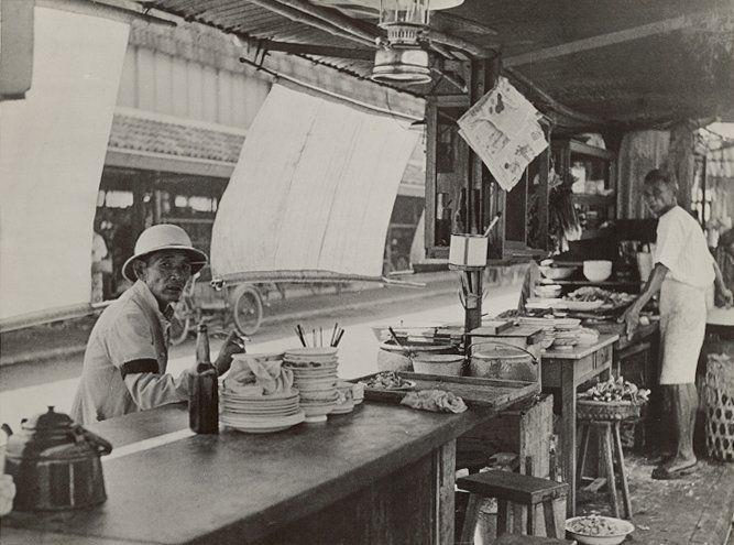 Chinees straatrestaurant te Medan 1900-1920.