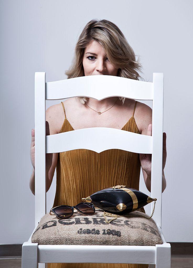 Artistic chairs & Fashion Trends. Vestido plisado color mostaza con algo de brillo de H&M. Las sandalias planas, en piel negra y dorada son de ZARA. El bolso un artículo de la India. El colgante de estrella dorado es de ARISTOCRAZY. Y las gafas de sol de RALPH LAUREN