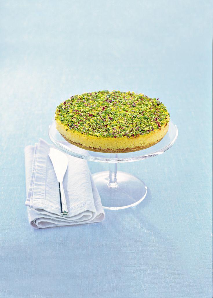 È davvero un bell'incontro quello tra limone e pistacchi, adagiati su una base friabile: scoprilo con la ricetta del cake al limone e pistacchi di Sale&Pepe