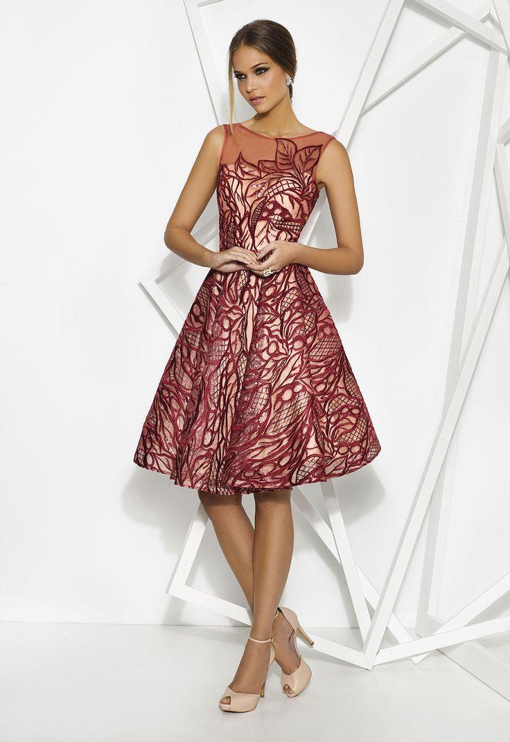 Sofisticado vestido de Cabotine realizado en satén y tul bordado con lentejuelas. Seducirás por su elegancia y encanto.