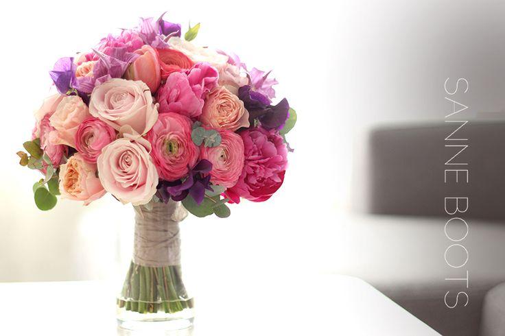 Heerlijk zomers bruidsboeket. Met de favoriet van de bruid, pioenrozen! #love #bloemen #wedding #flowers