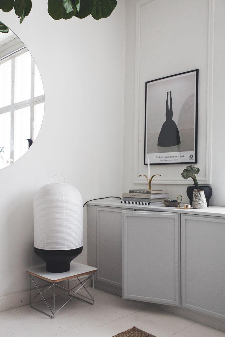 Den finska bloggaren Maiju Saw har gjort ett så snyggt förvaringsskåp till vardagsrummet! Den löper från sida till sida av väggen och är byggd vanliga IKEA skåp. Skåpen har piffats till med...