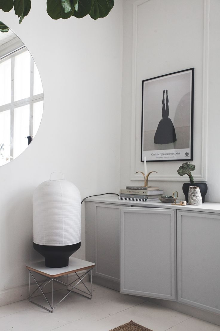 Den finska bloggaren Maiju Saw har gjort ett så snyggt förvaringsskåptill vardagsrummet! Den löper från sida till sida av väggen och är byggd vanliga IKEA skåp. Skåpen har piffats till med...