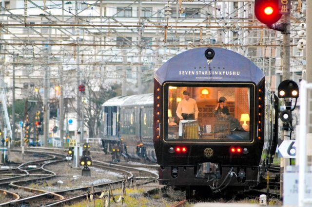【熊本地震】 JR九州は24日、8~9月に出発する豪華寝台列車「ななつ星」の3泊4日コースの運行ルートを一部変え、天草(熊本県)の観光を加える、と発表した。ななつ星の観光コースに天草が入るのは初めて。熊本地震で客が減っている観光地を支援する狙いだ。