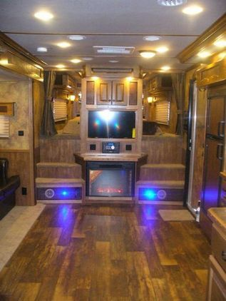 2014 Lakota BIG HORN B8418 DS 4 Horse Slant Load Gooseneck Horse Trailer With 18ft Living Quarters for sale in Canton, Texas :: HorseClicks