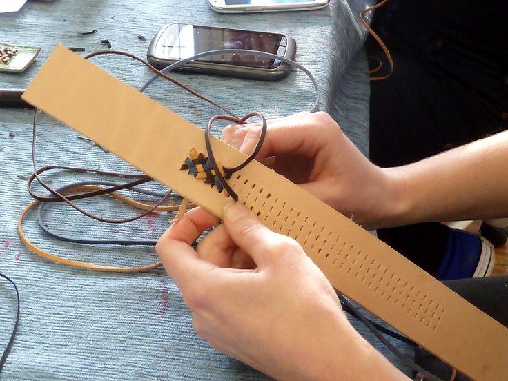 Tijdens de workshop leer vlechten en handmatig stikken leer je vlechttechnieken voor het verbinden van stukken leer, decoraties en afwerken.