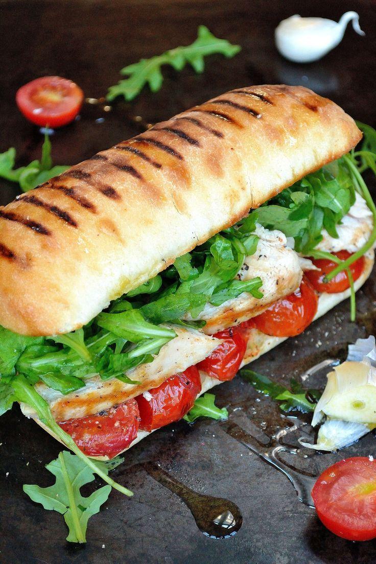 In die Uni oder auf die Arbeit mitnehmen: Ciabatta/Sandwich :hearts: (Vollkornbrötchen ofc) Belegt mit Putenbrust, Mozzarella, Gurke, Tomate, Salat, Salsasauce, ..
