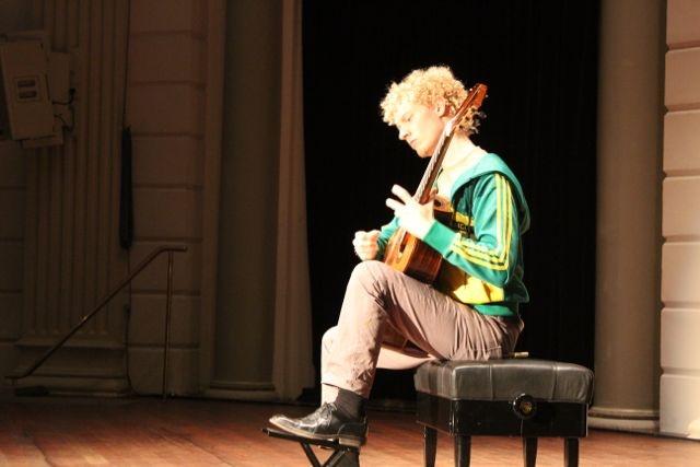 Johannes Möller testing the acoustic before his concert in de serie Meesters op de Gitaar in de kleine zaal van het Concertgebouw.