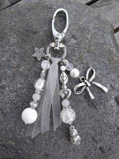 Bijou de sac à main argenté et blanc assorti au bracelet Noël Russe, avec breloques matriochka et petit noeud,et ensemble de perles semi-précieuses blanches, jade, corail blanc - 2002353