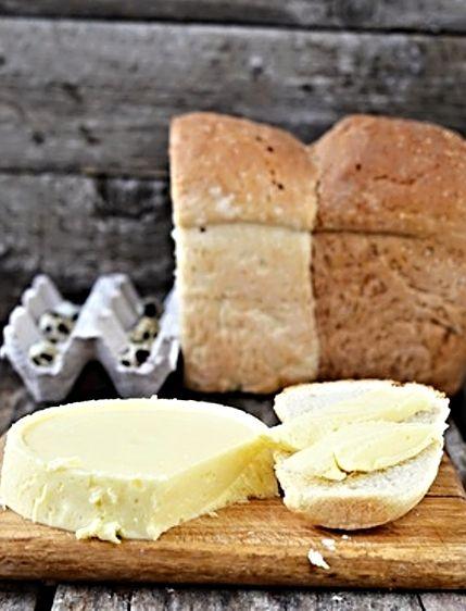 V domácích podmínkách vyrobený chutný sýr.