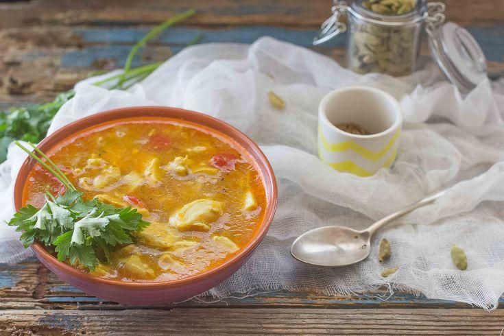 La zuppa di pollo indiana è un piatto speziato perfetto per accompagnare il riso basmati con cottura pilaf: ecco la ricetta di Agrodolce.