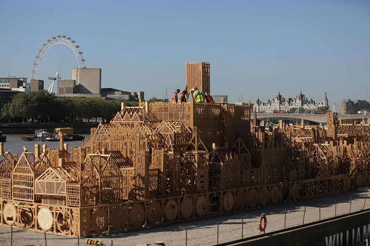 """Een maquette van Londen in de 17e eeuw van 120 meter lang is bijna afgewerkt en is een weergave van de skyline van de Engelse hoofdstad. De naam van het werk kreeg toepasselijk """"London 1666"""" mee en werd ontworpen door David Best."""