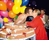 Что можно подарить любимой жене на день рождения В жизни каждого женатого мужчины стабильно, раз в год наступает дата, которую он не имеет права забыть, это день рождения супруги. Чем же порадовать свою вторую половинку в этот особенный день? К выбору подарка необходимо отнестись очень серьёзно. А если у нее намечается юбилей, то стоит по-сильней напрячь извилины и придумать действительно нужный, оригинальный и запоминающийся подарок.
