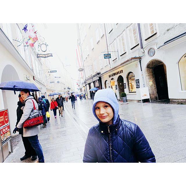 Breakfast in Munich, lunch in Salzburg (Nockerl!!) ... dinner in Vienna!! Slowly making our way through the snowstorm to the @viennawoolanddesignfestival !! . #Siidegarte #handdyedyarn #indiedyer #indiedyedyarn #knitting #breien #dyersofinstagram #switzerland #creativepreneur #mycreativebiz #stricken #vwdf17