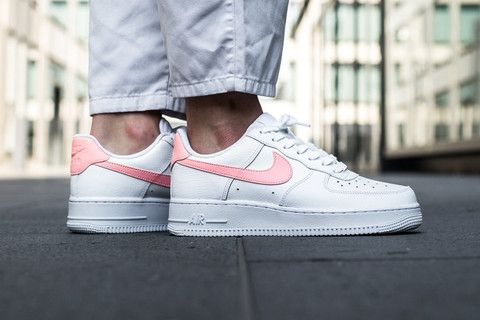 Nike S Latest Air Force 1 Is Pretty With Its Oracle Pink Swoosh Nike Schuhe Schuhe Nike Air Force