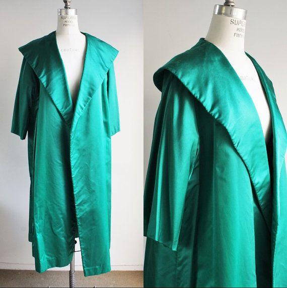 Vintage 1950s verde satén ópera abrigo con cuello de chal más grande / 50s manzana verde Kelly chaqueta de noche / Formal / coctel chaqueta  Oh Dios mío, verde! Mi cámara incluso no hace justicia, es el más glorioso apple-ey/kelly verde que puedas imaginar. ¡Y ese collar! Capa de magnífico satén ópera de la década de 1950. Su completamente forrado en un pino verde más acetato/rayón. Las mangas son 3/4. Es un frente abierto. Esta capa es una declaración de seguro,...