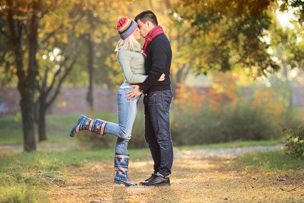 ТОП-5 идей, как провести выходные с любимым  ОСЕННИЕ ВЫХОДНЫЕ Осенние дни радуют своим неповторимым очарованием. Нельзя пропускать такие моменты! Если выдается солнечный денек — одевайтесь удобно и отправляйтесь отдыхать по-осеннему. Вспомните, что вы умеете кататься на роликах или попросите любомого дать настоящий мастер-класс катания на роликах. Падайте в горы листьев, поднимайтесь, веселитесь и отдыхайте вдвоем!   Также не забывайте о том, что каждый город имеет свои романтические…