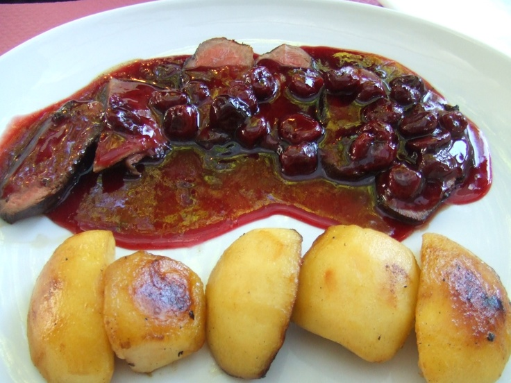 Salsa de cerezas con patatas doraditas y crujientes por - Guarniciones para carne en salsa ...