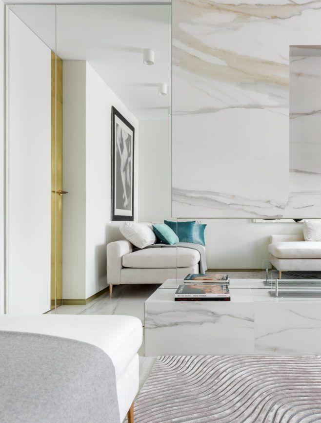 Blanc et miroirs pour un appartement à la décoration design