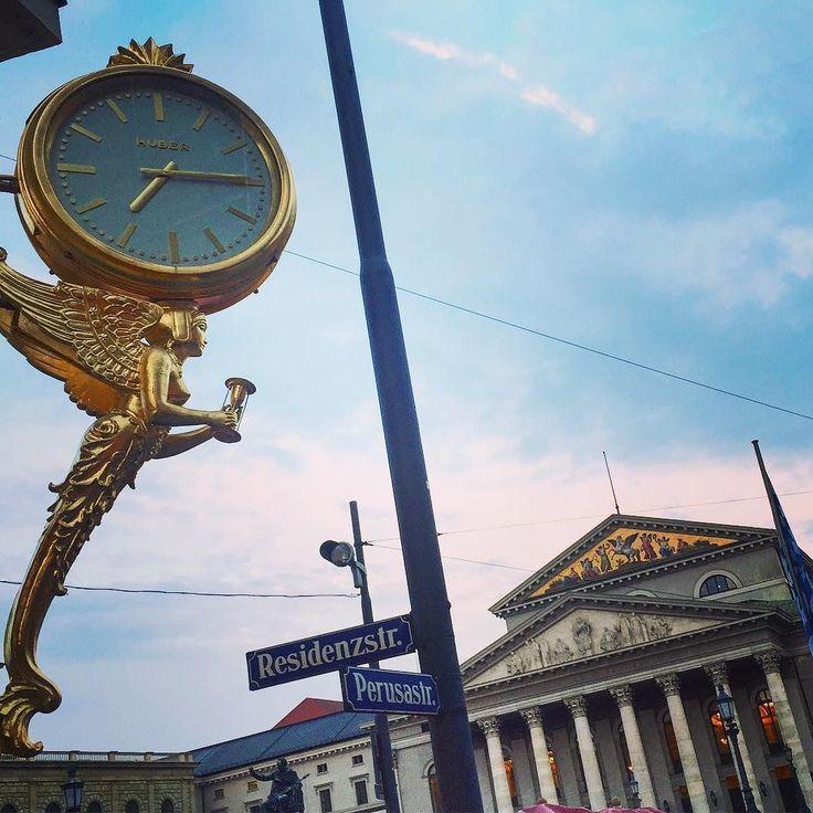 Zeit das die Theatersaison beginnt. #uhr #zeit #theater #nationaltheater #clock #munich #münchen #muenchen #oper #opera #sphinx