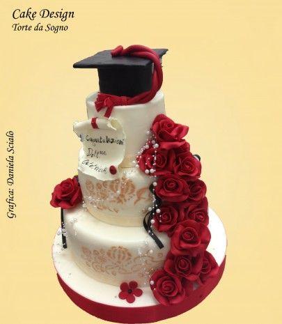 torta laurea con rose rosse che scendono e cappello