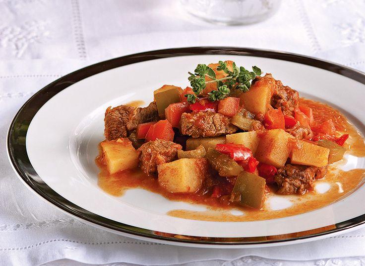 Η διάσημη ουγγρική σπεσιαλιτέ είναι από τις πιο νόστιμες συνταγές για μοσχαράκι και ένα πιάτο ιδανικό για τα κυριακάτικα τραπέζια.