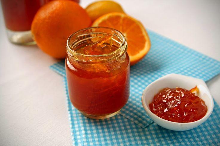 3 pomarańcze  1 cytryna  cukier brązowy  cukier biały  cynamon  goździki   Ścieramy skórkę z jednego pomarańcza i cytryny. Pomarańcze obie...