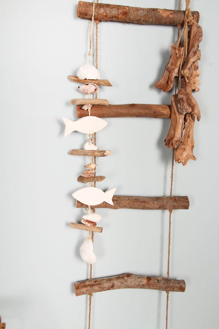 Deze stoere houten touwladder kunt u gebruiken in uw hele huis. Leuk om de kleertjes van uw kind aan op te hangen of in de badkamer te gebruiken voor de handdoeken. Door het stevige jute touw is de houten ladder gemakkelijk op te hangen aan elke muur. De ladders zijn gemaakt van natuurlijk hout wat zorgt voor een landelijke, rustieke uitstraling.