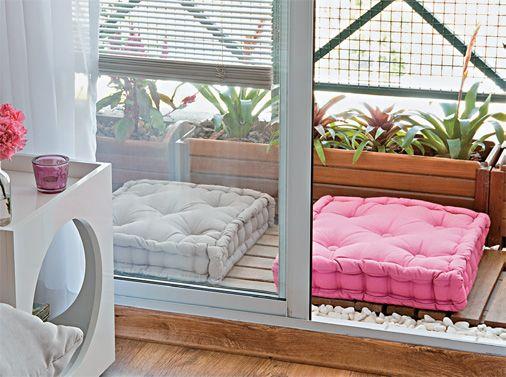 E a varanda também não tem muito espaço!? Que tal investir em futons e vasos longos de madeira para deixar o micro espaço aconchegante? Achei a ideia 10!