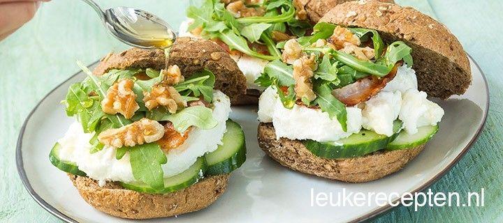 Deze frisse broodjes met komkommer, spek en geitenkaas zijn lekker bij de lunch of high tea