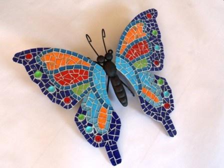 Vlinder geheel gemaakt in glasmozaiek.