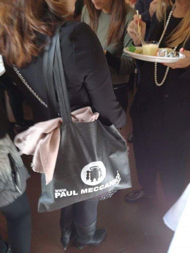 Il packing Paul Meccanico è curato nei dettagli e di alto impatto. La busta in tnt in foto con cui confezioniamo le nostre borse è praticamente una borsa portatutto aggiunta compresa nel prezzo.