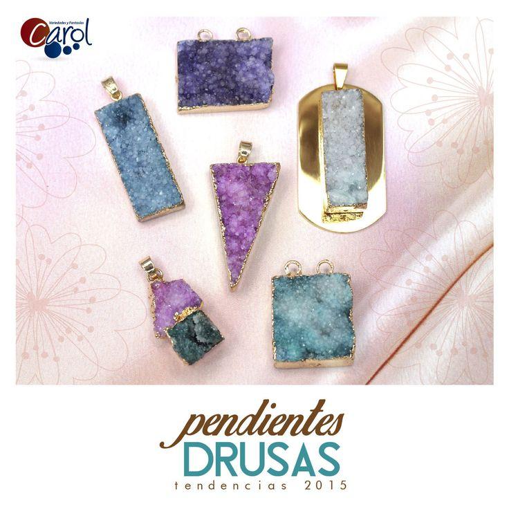 ¡Nuevas tendecias! No puedes dejar de incluir estos hermosos pendientes en tu nueva colección, adquiérelos haciendo clic en este pin. #tendencias #drusas #pendientes #moda #bisutería #accesorios #NuevaColección