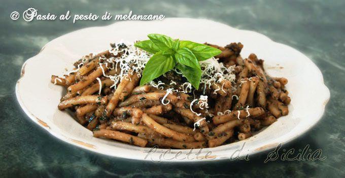 Il pesto di melanzane è un gradevolissimo condimento per paste fresche tipiche come i busiati della cucina siciliana