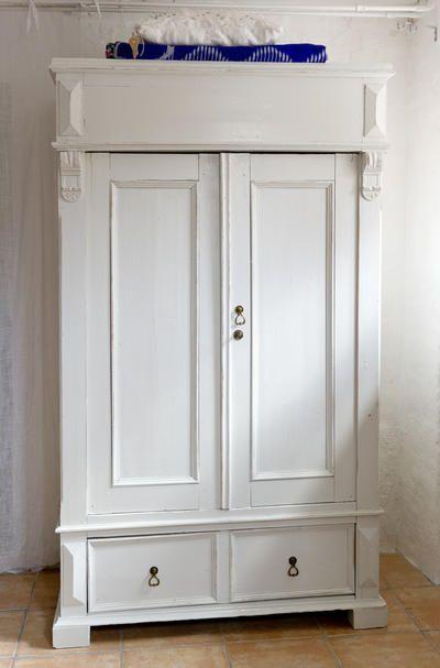 Butik Lanthandeln - Fint gammalt klädskåp i ljust grått SÅLT