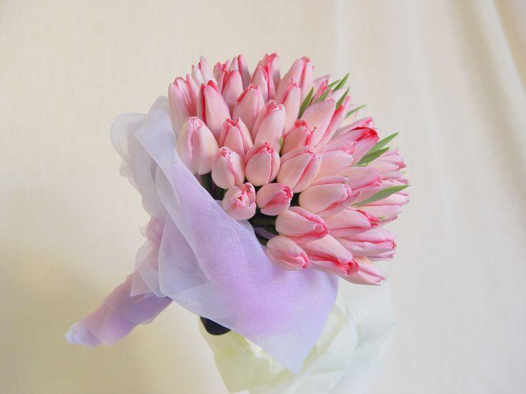 Ρομαντικό νυφικό μπουκέτο με ροζ τουλίπες. #νυφικόμπουκέτο #ροζ #τουλίπες #ρομαντικό