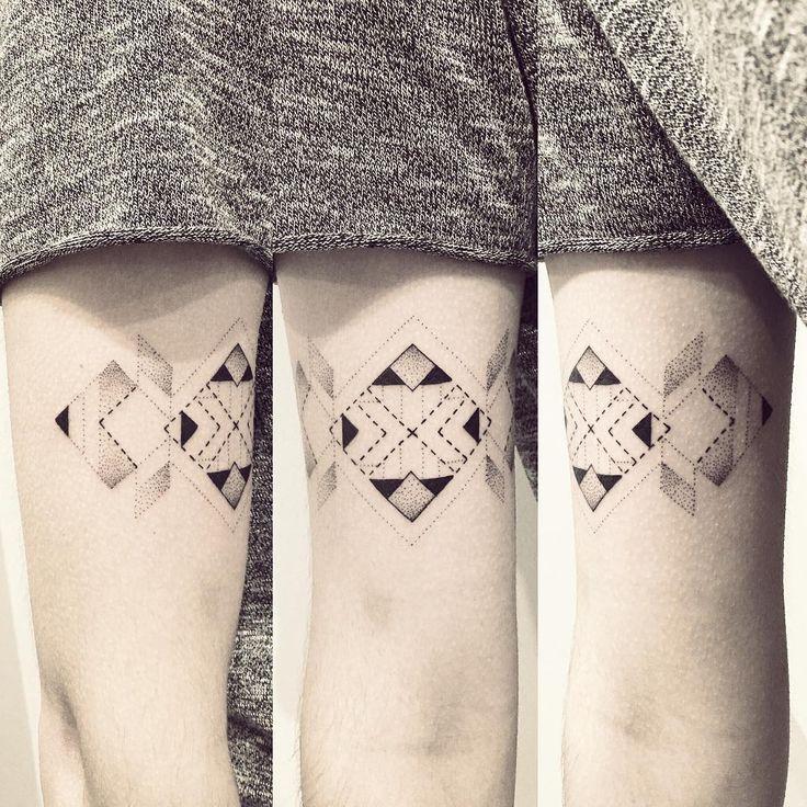 Les 39 meilleures images propos de tattoo sur pinterest lignes et points tatouages d 39 art en - Tatouage 3 points en triangle ...