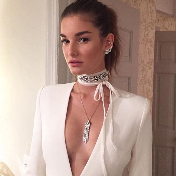 Этим летом стали особенно популярны чокеры — короткие ожерелья, которые плотно прилегают к шее и оснащаются регуляторами размера. История их…