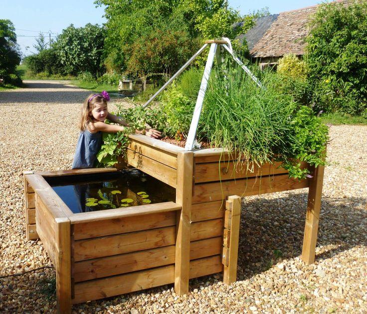 Bassin potager aquaponique - une table potagère en bois et un bassin pour poissons