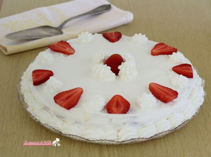 Torta+fredda+alle+fragole+con+pavesini+e+crema+chantilly