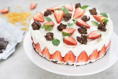 No Bake cake with chocolate and strawberries  Kühlschrank Torte ohne backen mit Erdbeeren und Schoko crossies