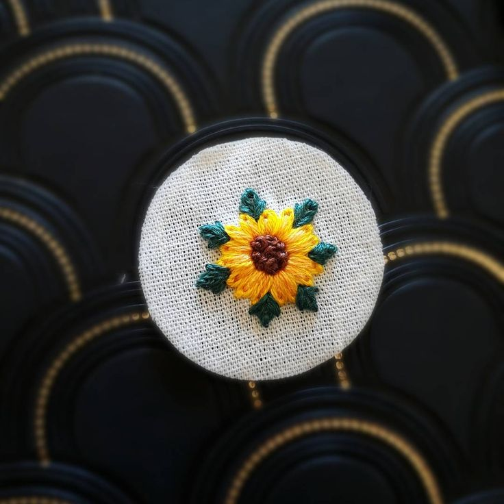 """28 curtidas, 1 comentários - Um Pontinho (@umpontinhobordados) no Instagram: """"Gira, gira, girassol!  #umpontinho #embroidery #bordado #girassol #flores #flowers #handmade…"""""""