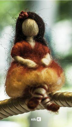 Nesse curso ela ensinará a confecção de quatro peças para o quarto do bebê ou sua saída da maternidade: dois móbiles, um quadro para maternidade e uma pantufa com técnica de feltragem molhada. Para te deixar com gostinho de quero mais, a autora ensinará a confecção de uma linda fadinha que servirá de inspiração para os próximos trabalhos.
