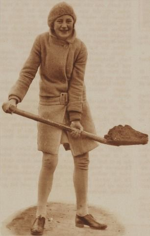 03-12-1929. Afbeelding van een schoolmeisje met een spa in haar hand in het kader van de Boomplantdag.  N.B. Het is het eerste jaar dat de boomplantdag in Utrecht wordt gehouden.